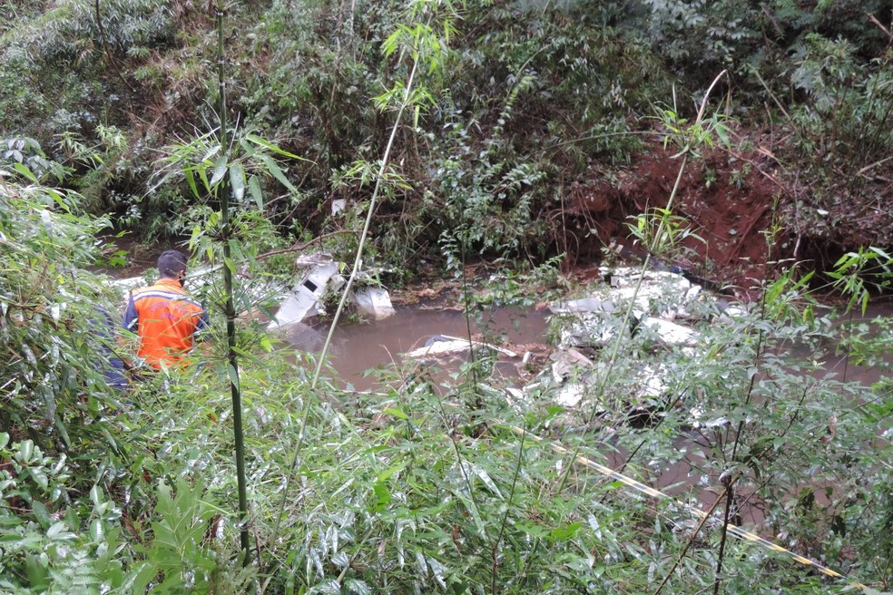Avião se despedaçou ao cair no Paraná — Foto: Jorge Tolim/Você e Região