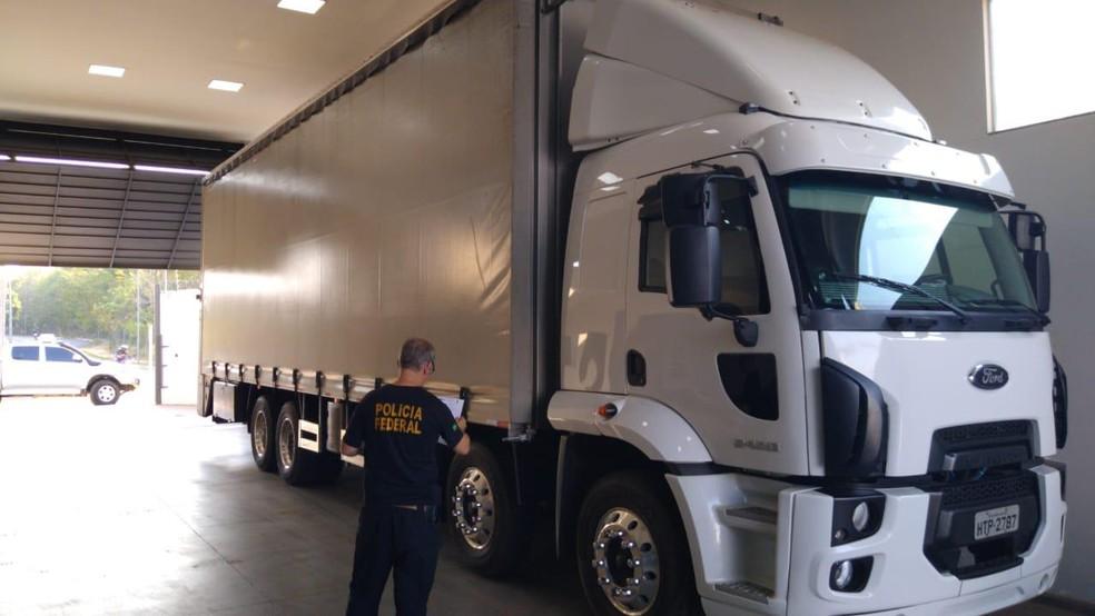 Caminhão de propriedade atribuída ao grupo alvo foi apreendido — Foto: PF/Divulgação