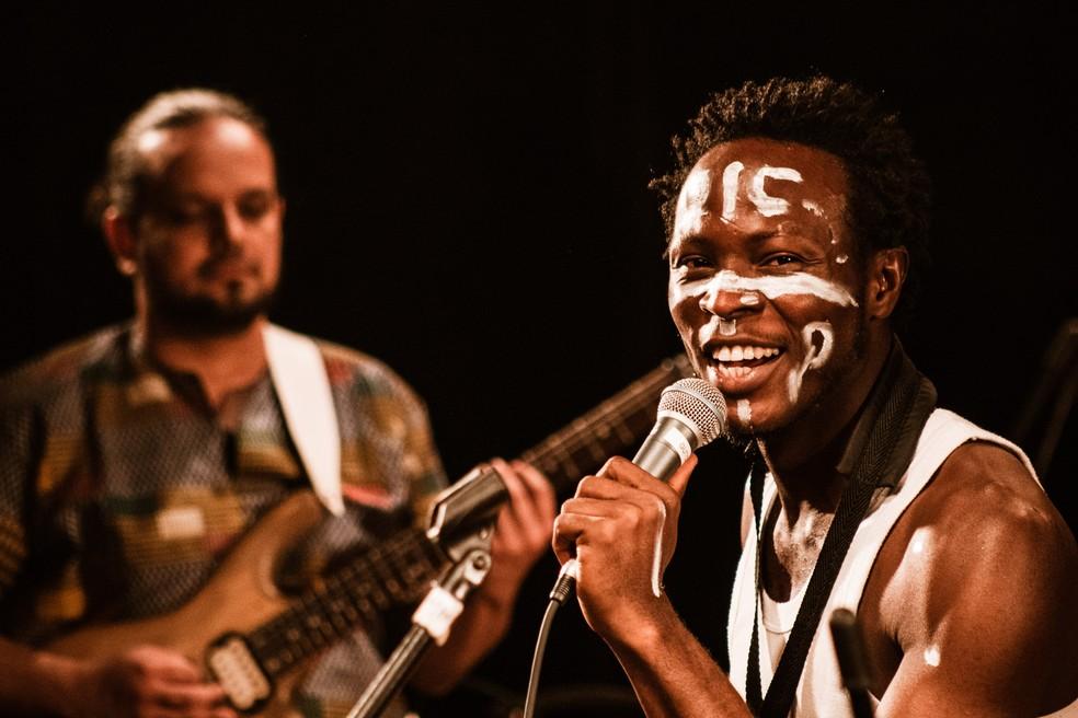 O multi-instrumentista Ìdowú Akínrúlí faz tributo a Fela Kuti — Foto: Vinícius Angeli/Divulgação