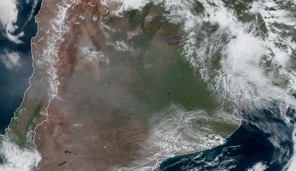 Imagens da agência americana NOAA mostram a fumaça já sobre a região da Argentina e Chile — Foto: Divulgação/NOAA