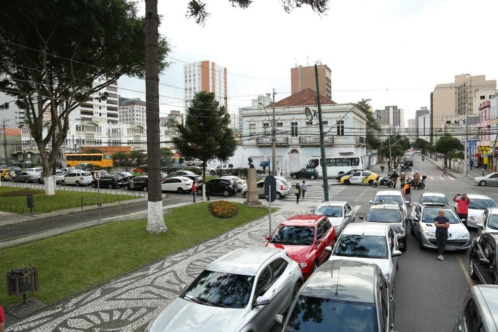 Rua Barão do Rio Branco ficou bloqueada por causa dos manifestantes (Foto: Rodrigo Fonseca)