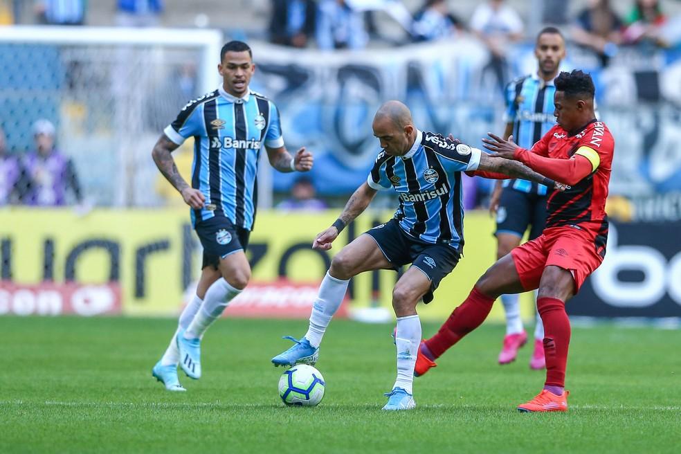 Diego Tardelli em ação contra o Athletico-PR, pelo Brasileirão — Foto: Lucas Uebel / Grêmio FBPA