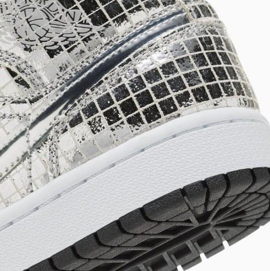 Tênis da Nike brilha como globo espelhado de discoteca (Foto: Reprodução/Twitter)