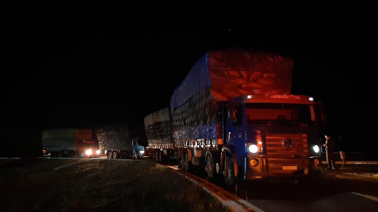 Cargas de carvão transportadas em 5 caminhões são apreendidas no Norte de MG