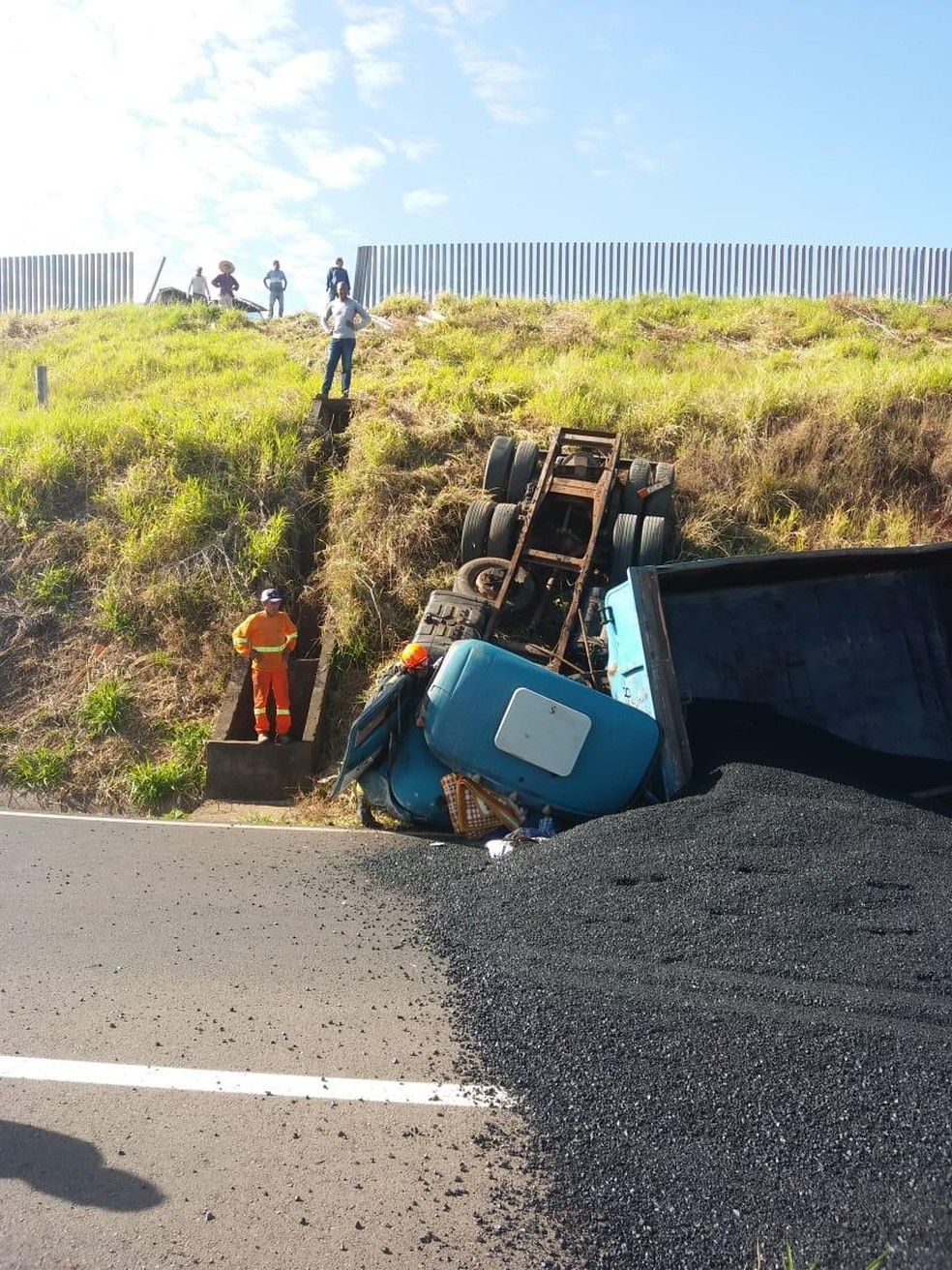 Acidente foi na alça de acesso da SP-425 para a SP-284 — Foto: Amadeu Figueiredo/Cedida