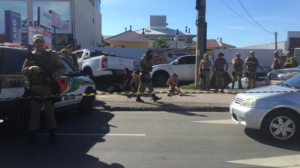 Três ficam feridos em confronto em frente a mercado nos Ingleses — Foto: Mayara Vieira/NSC TV
