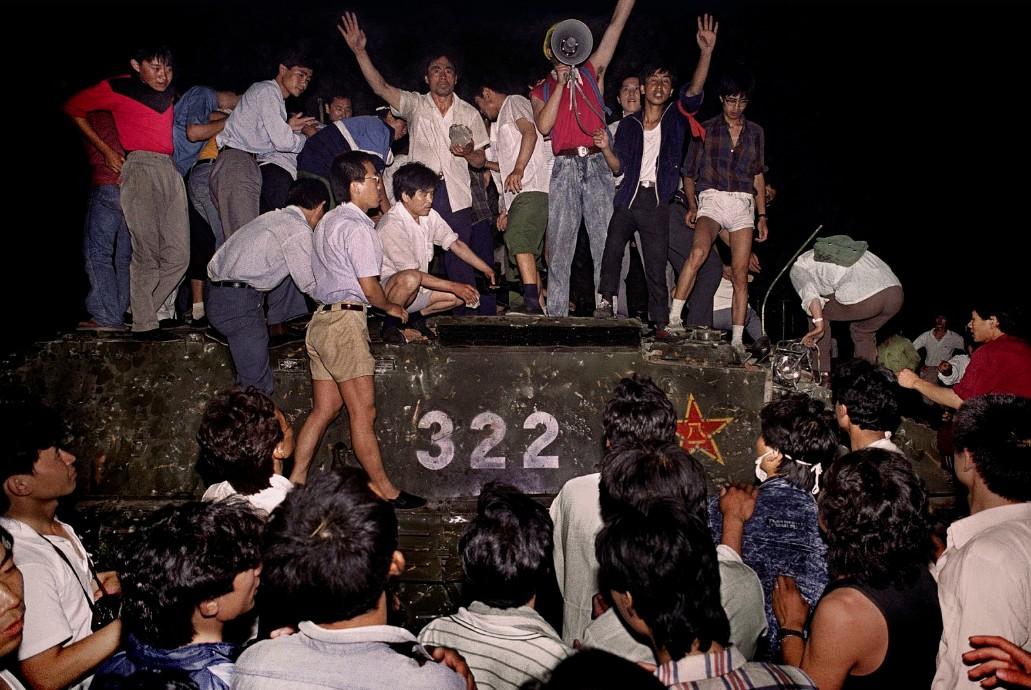 Manifestantes em cima de um tanque do exército chinês, em junho de 1989
