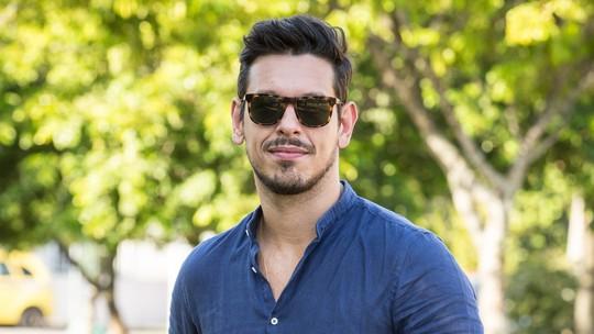 João Vicente comenta sucesso em 'Rock Story' e recusa rótulo de galã: 'Não sou bonito, sou alto'