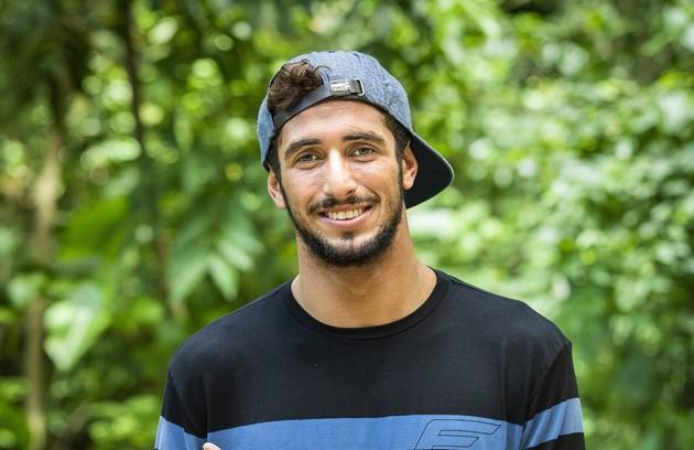 Lucas Chumbo lançou uma série no Canal Off e tem aproveitado os milhares de seguidores conquistados com o 'BBB' para mostrar suas manobras do surfe e dar destaque aos patrocínios (Foto: Divulgação)