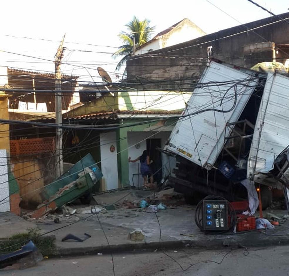 Veículo subiu calçada em rua do Complexo do Chapadão e destruiu frente de casa — Foto: Reprodução