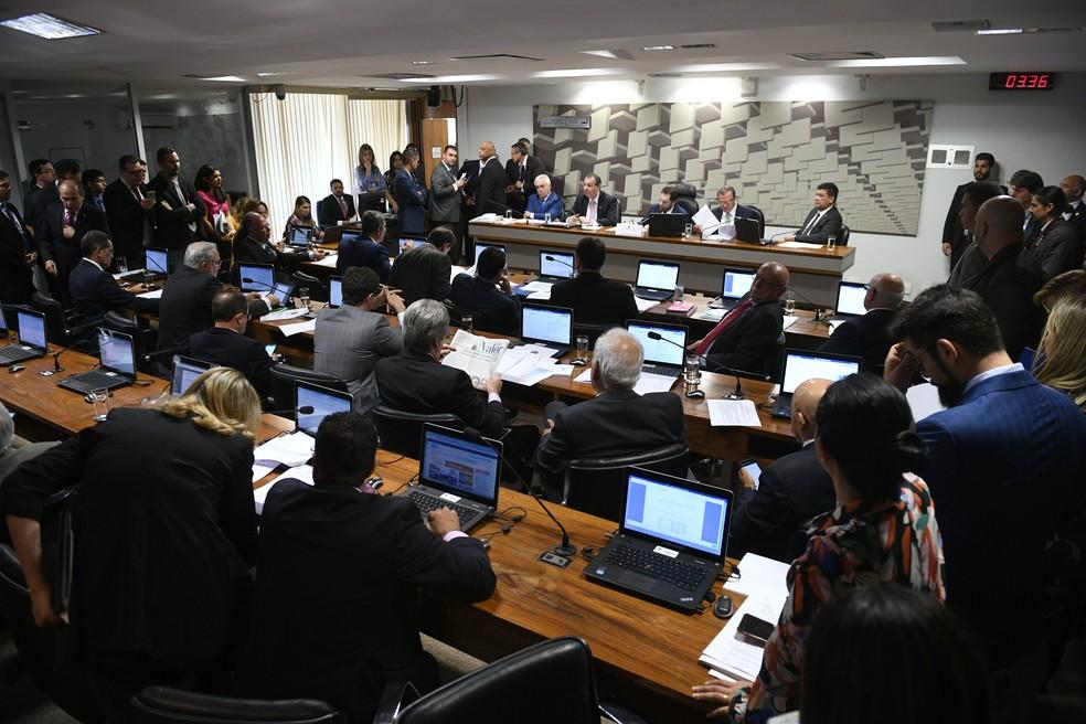 Plenário da Comissão de Assuntos Econômicos do Senado durante a sessão que aprovou regras para partilha dos recursos do petróleo — Foto: Pedro França/Agência Senado
