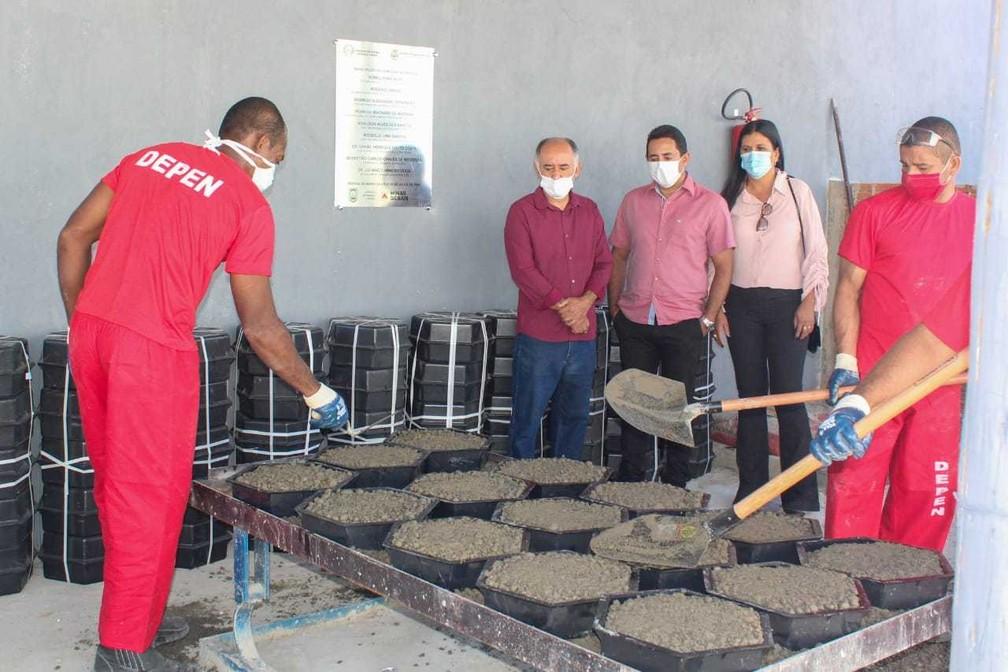 Fábrica de bloquetes fica dentro do Presídio de Januária — Foto: Sejusp/Divulgação