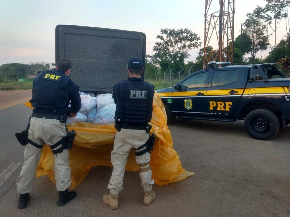 Mais de seis toneladas de alimento irregular foram apreendidos durante operação  — Foto: PRF-AC/Divulgação
