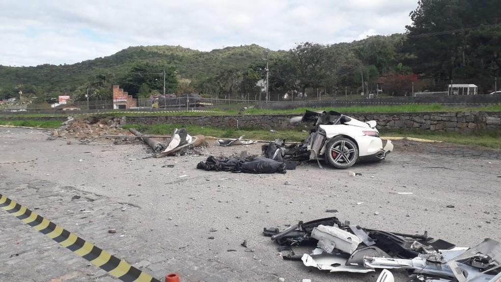 Carro ficou destruído após bater na lateral de outro veículo e, depois, em um poste em Biguaçu, na Grande Florianópolis  Foto: Odemar Andrade/NSC TV