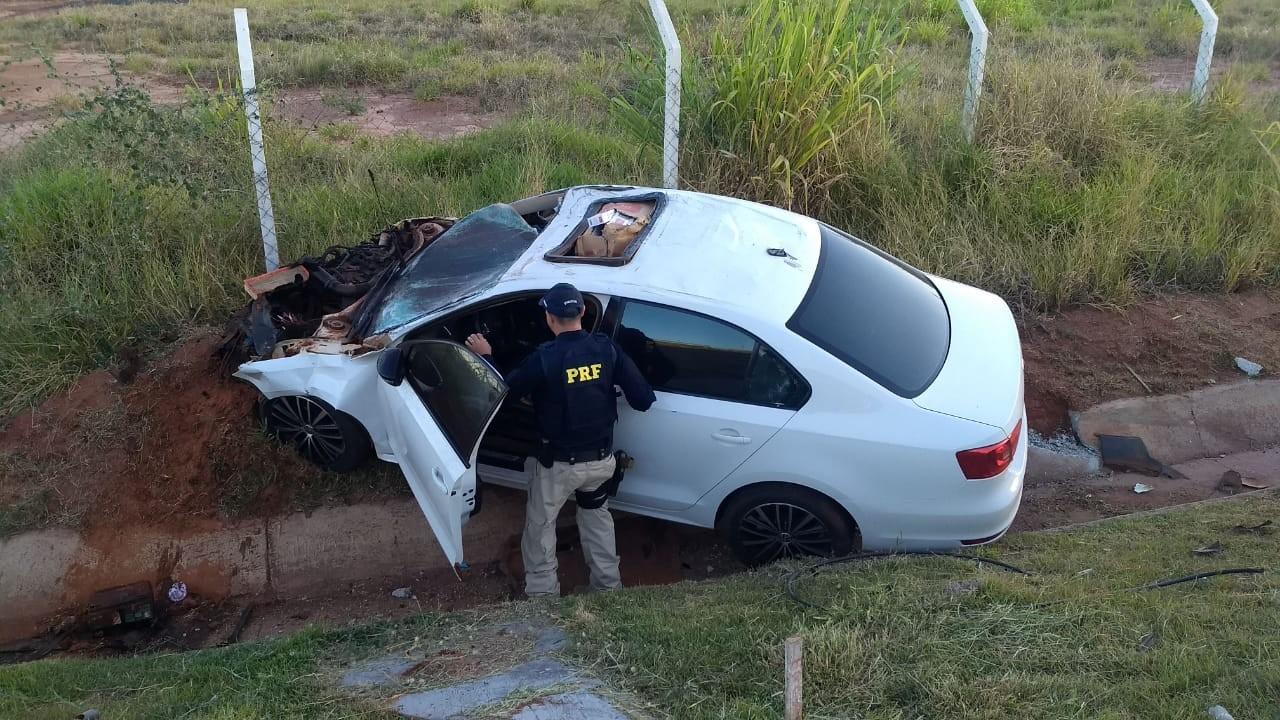 Carro com 15 mil maços de cigarros contrabandeados é apreendido após acidente durante perseguição