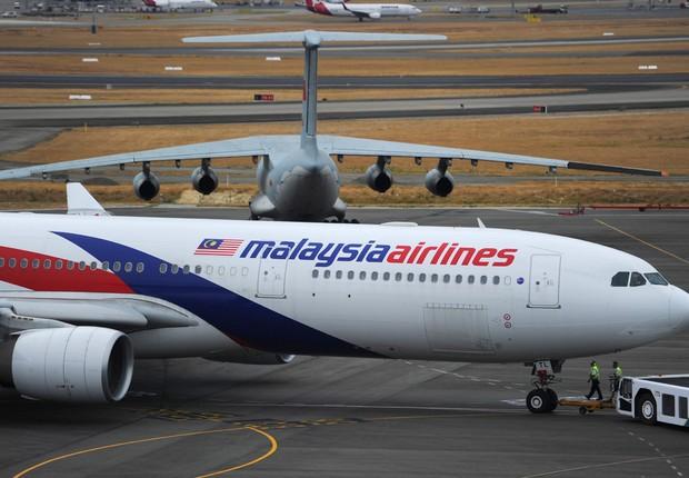 Avião da Malaysia Airlines se prepara para decolar no aeroporto internacional de Perth, na Austrália. O voo MH370, que pertencia à empresa aérea, desapareceu em março de 2014 2222 (Foto: Greg Wood/Getty Images)