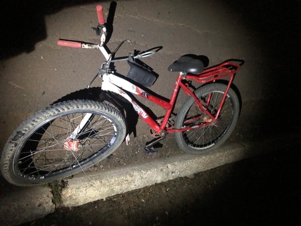 Criança morre e a mãe dela fica ferida em acidente na BR-365; testemunhas disseram que a bicicleta das vítimas foi atingida por moto que fazia racha