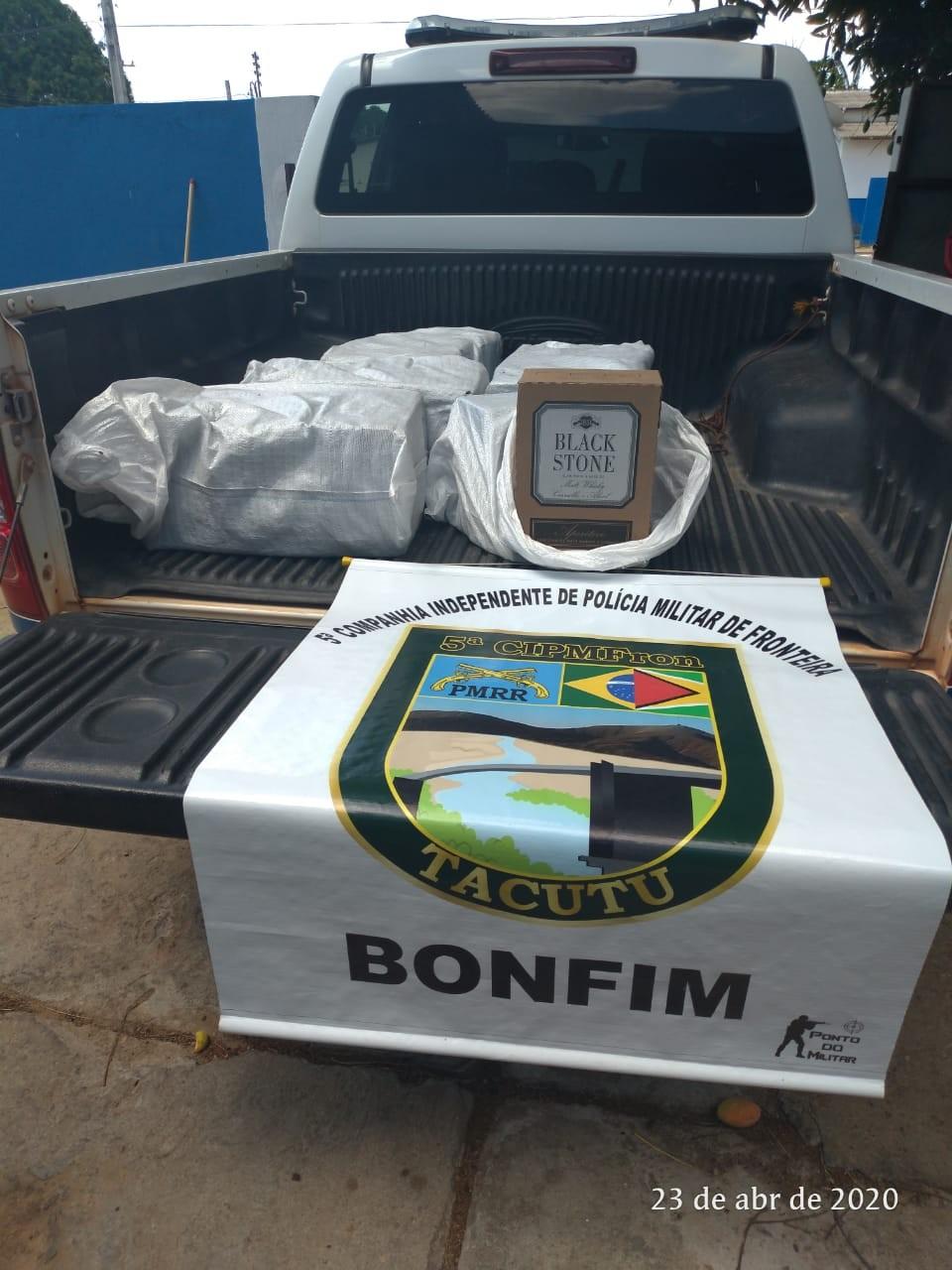 PM apreende 10 caixas com uísque às margens do rio em Bonfim, no Norte de Roraima