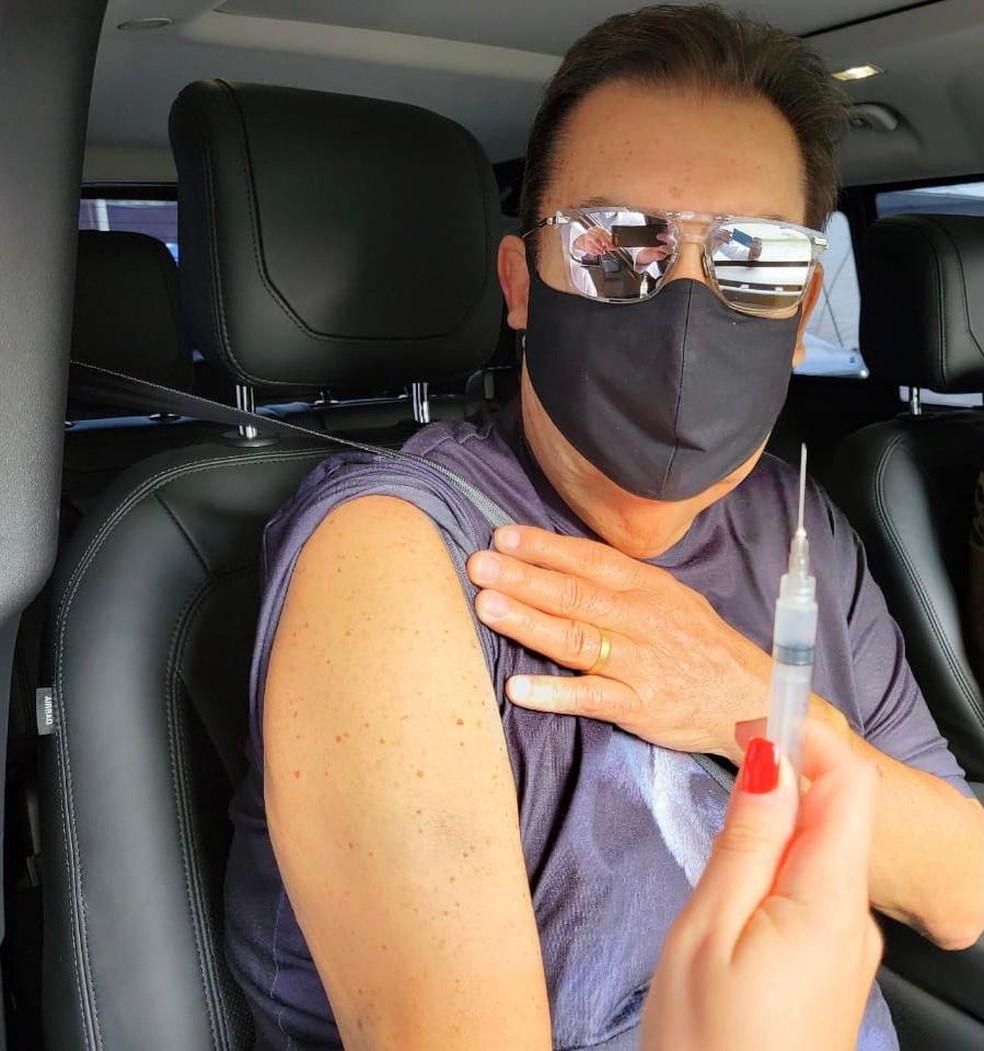 Faustão toma a vacina contra a Covid-19 — Foto: Arquivo Pessoal