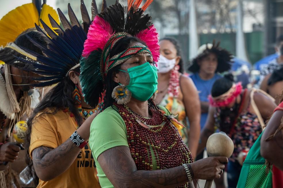 Indígenas dançam e cantam e roda diante do STF durante julgamento do 'marco temporal' — Foto: Fábio Tito/G1