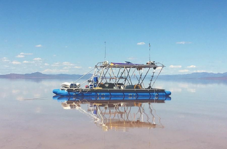 Terminal Lake Exploration Platform, por Steve Badgett e Chris Taylor. Uma plataforma de exploração de terminais de energia solar (TLEP) que analisa lagos. (Foto: Lance Gerber)