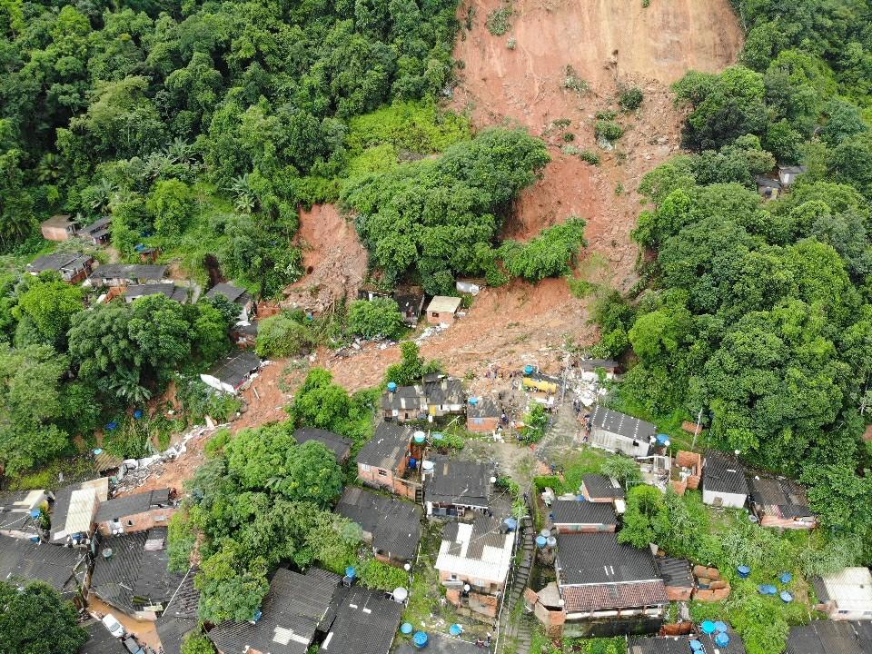 Após um mês, vítimas dos deslizamentos na Baixada Santista esperam por auxílio-aluguel