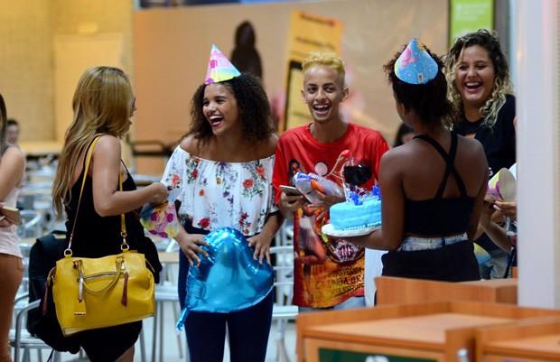 Lexa ganha festa de aniversário de fãs em aeroporto (Foto: AgNews)