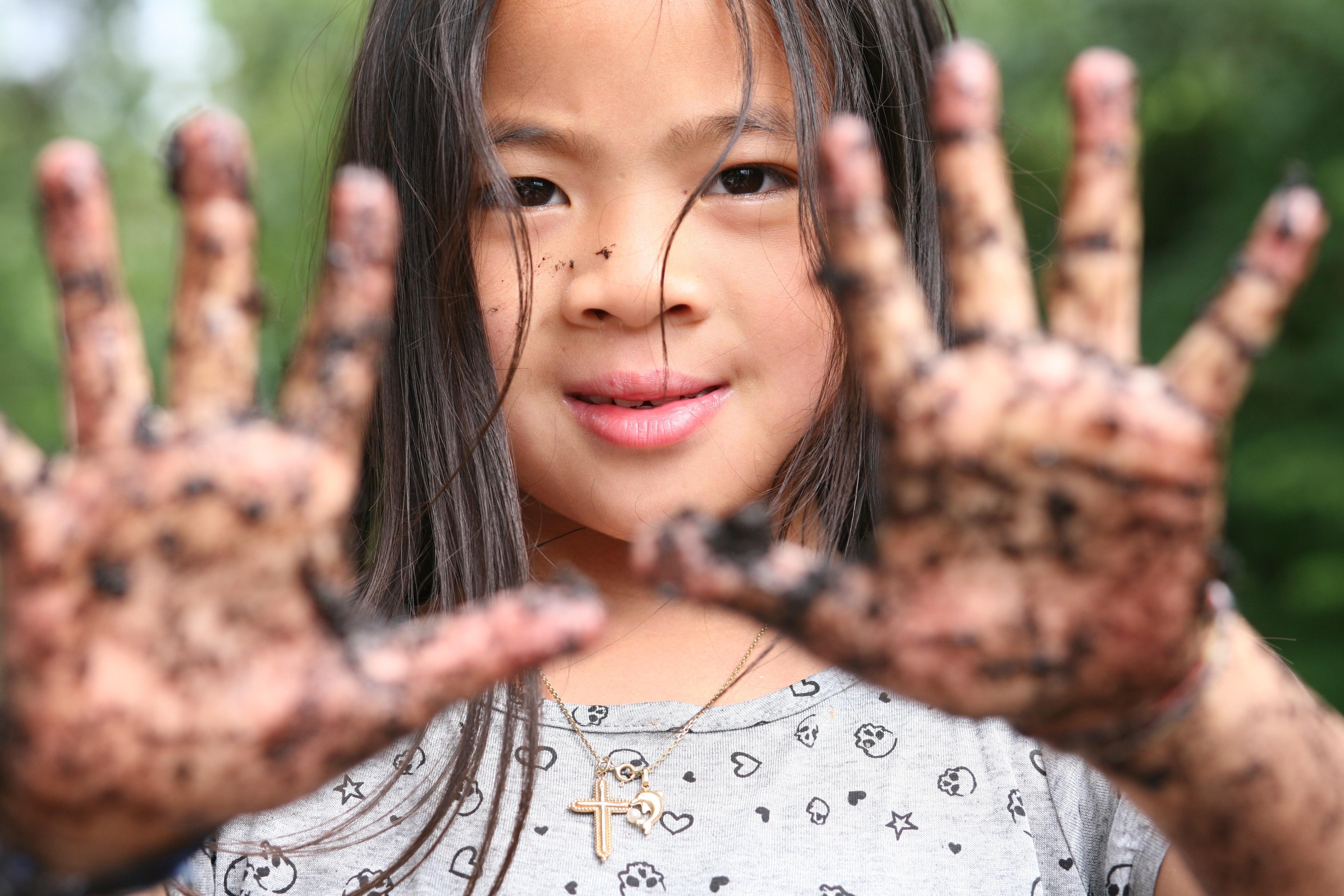 Criança com mãos sujas (Foto: jeancliclac/Thinkstock)