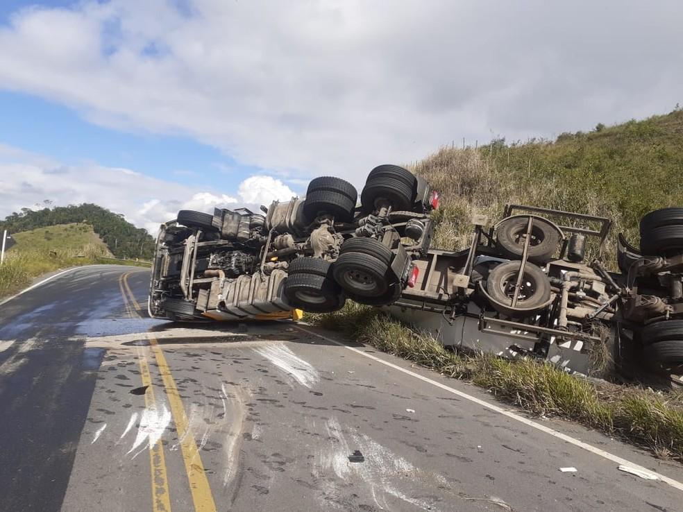 Caminhão carregado de cimento tomba e deixa rodovia interditada no sul da Bahia — Foto: Foto: TV Santa Cruz/Divulgação
