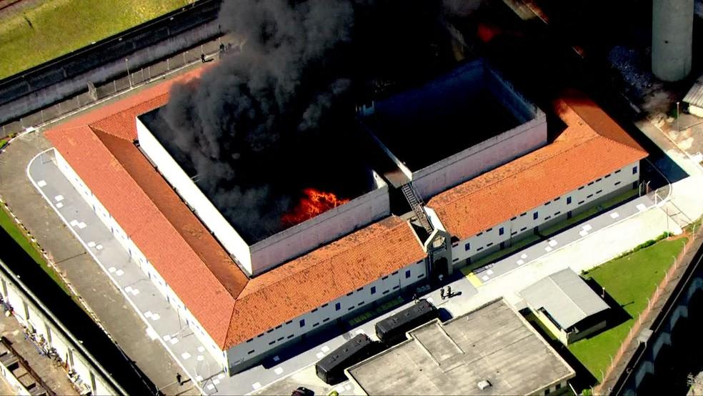 Cadeião de Pinheiros pega fogo (Foto: Reprodução/TV Globo)