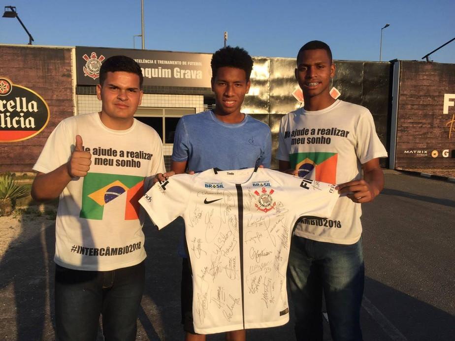 3437fc7f24 Corinthians doa camisa para estudantes e ganha torcida extra pelo ...