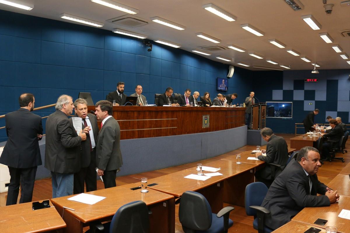 Vereadores aprovam em 1ª votação lei que parcela taxas da Emdec para remoção e estadia de veículos no pátio