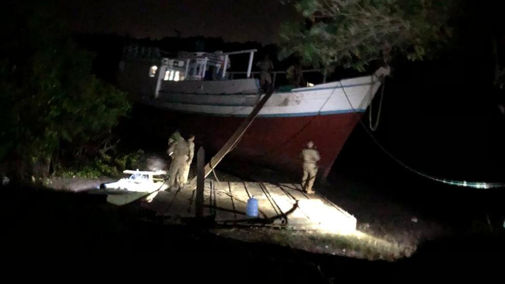 Um barco de médio porte também foi apreendido pela Polícia Civil de Pernambuco — Foto: Divulgação/PCPE