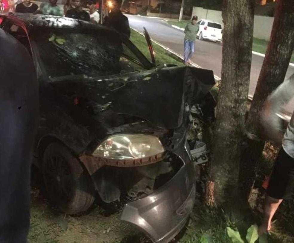 Carro colidiu contra árvore em acidente de trânsito em Jaru, RO — Foto: Portal P1/Reprodução