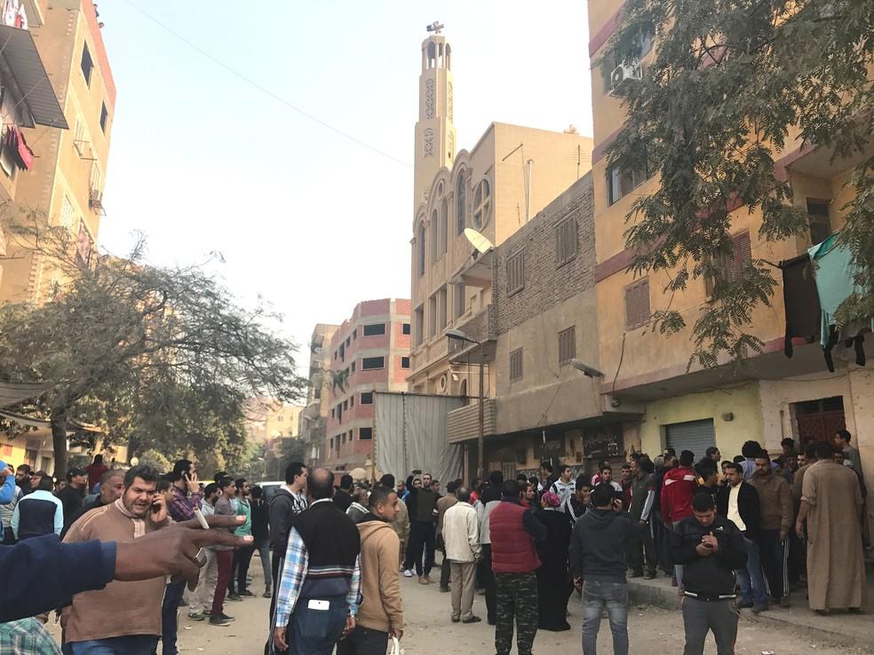 Pessoas aguardam perto de igreja copta alvo de ataque no Cairo, no Egito, nesta sexta-feira (29)  (Foto: Amr Abdallah Dalsh/ Reuters)