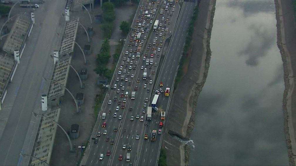 Trânsito na Marginal Tietê após o acidente com carretas — Foto: TV Globo/Reprodução