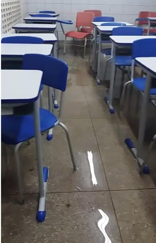 Sala de água foi invadida pela água na Escola Municipal Professor José do Patrocínio, no bairro Potengi, em Natal — Foto: Reprodução
