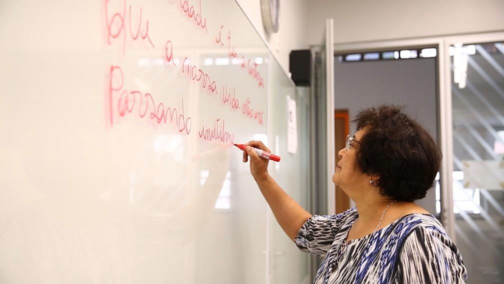 Maria das Neves cresceu na zona rural da Paraíba, longe de escolas e outros serviços básicos, como água e eletricidade, e aprendeu a ler sozinha aos 17 anos — Foto: Fabio Tito/G1