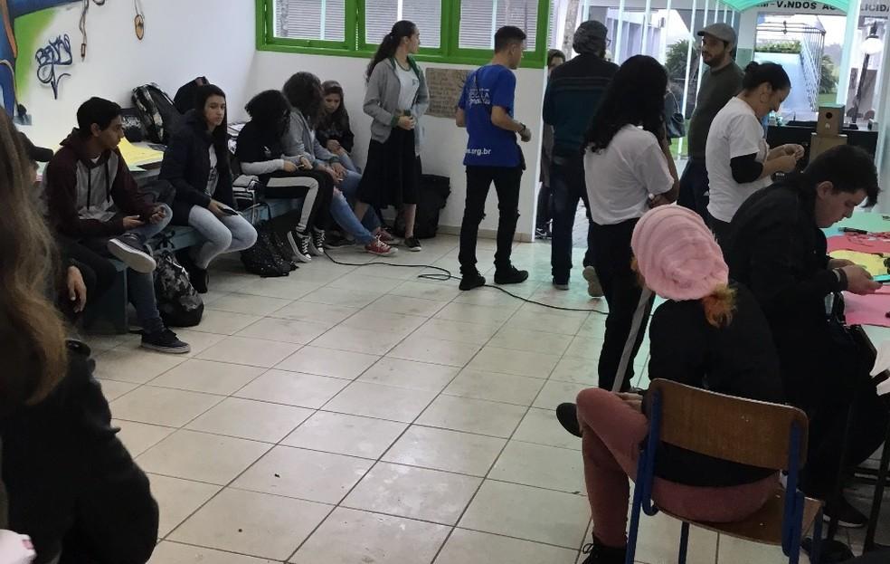 9H, Camboriú: Estudantes se reúnem no hall do IFC — Foto: IFC/Divulgação