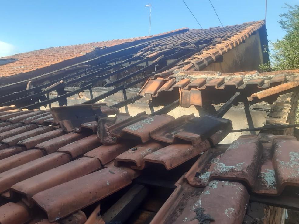 Telhado da casa em Bocaina foi bastante danificado e por isso estrutura ficou comprometida  — Foto: Defesa Civil/ Divulgação