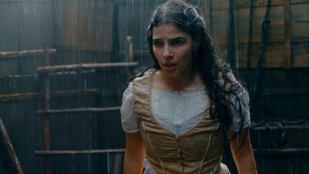 Em 'Nos Tempos do Imperador', Pilar (Gabriela Medvedovski) enfrenta mal-encarado na rua — Foto: Globo