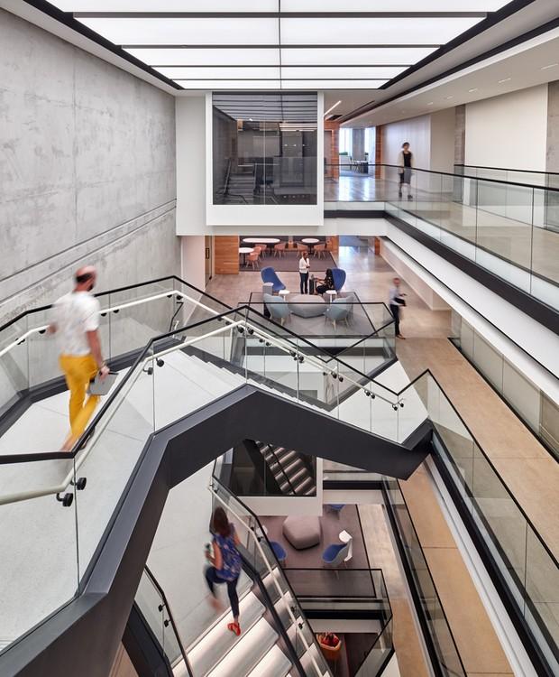 Escadas conectam os andares em diferentes níveis (Foto: arrett Rowland/ Reprodução)