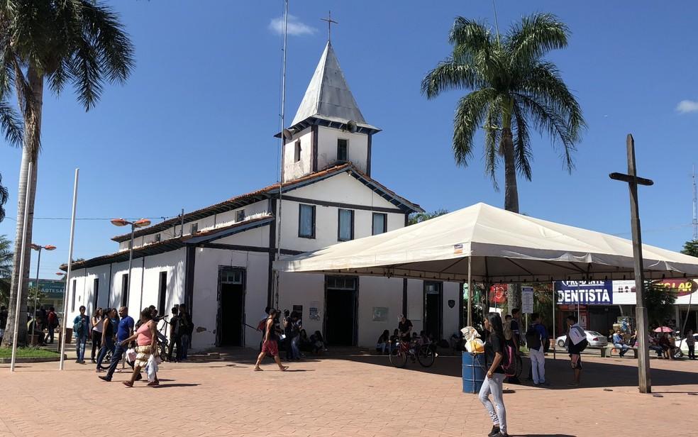 Praça da Matriz conta com a primeira igreja da cidade e cruz fixada pelos fundadores de Aparecida de Goiânia, Goiás — Foto: Paula Resende/ G1