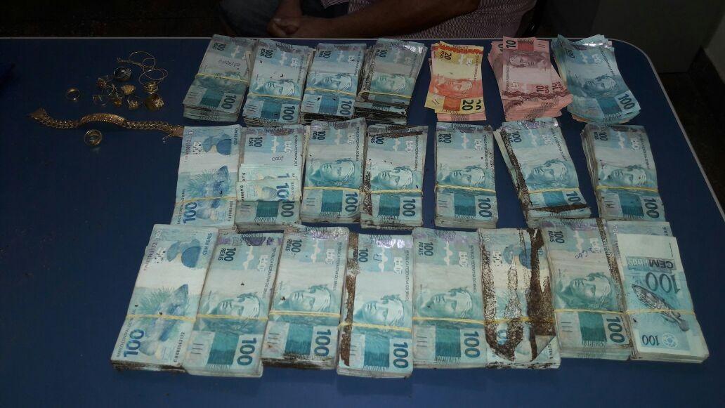 Polícia prende suspeitos de assalto a comércio e apreende R$ 200 mil enterrados após crime, diz SSP-AM