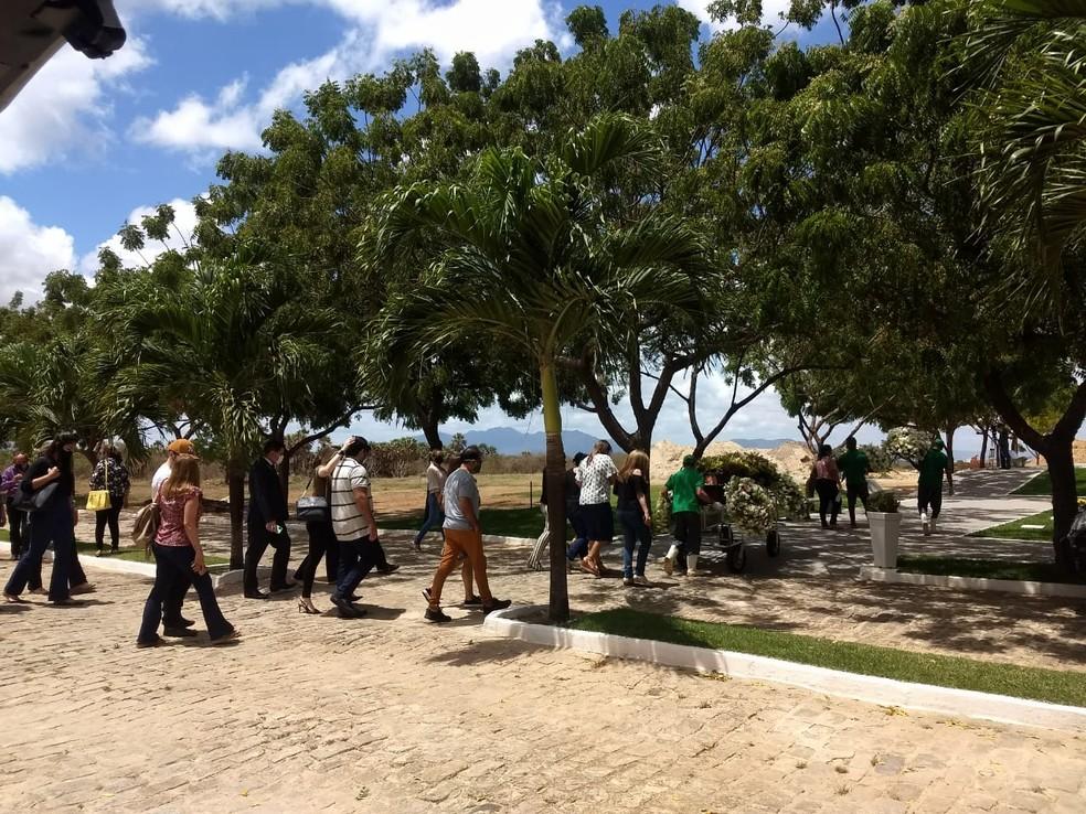 Assessor jurídico é sepultado em Fortaleza; ex da namorada dele é suspeito de homicídio — Foto: Brenda Albuquerque/SVM