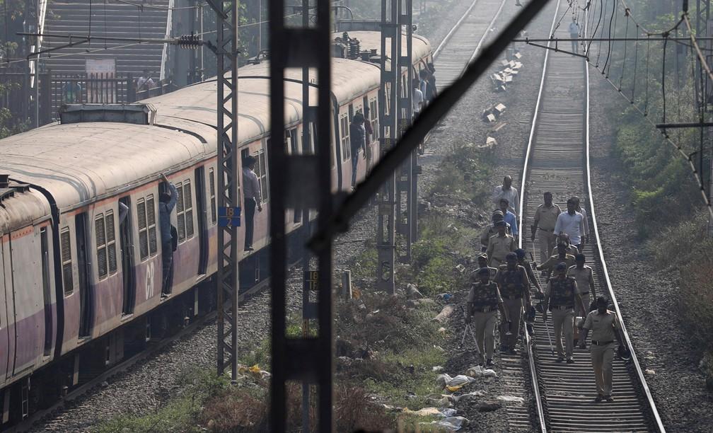 3 de janeiro - Policiais fazem patrulha em trilhos de uma estação de trem suburbana, em Mumbai, na Índia (Foto: Danish Siddiqui/Reuters)