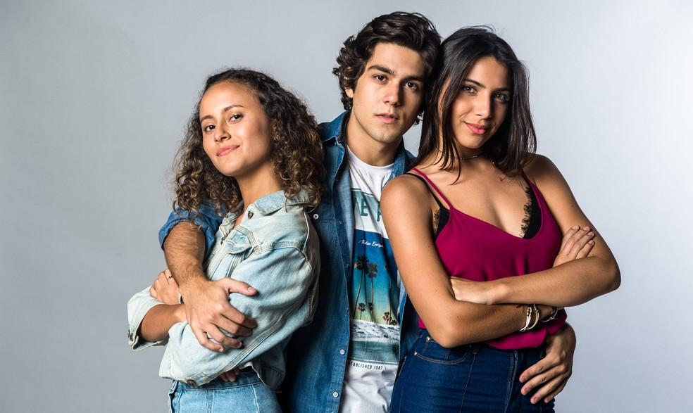 Maria Alice (Alice Milagres), Alex (Daniel Rangel) e Pérola (Rayssa Bratillieri) formavam um triângulo amoroso em 'Vidas Brasileiras' — Foto: Globo/Raquel Cunha