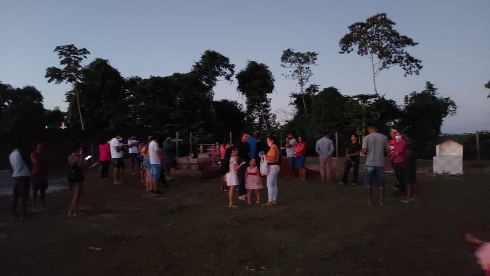 Sem coveiro no cemitério, família faz enterro de agricultora vítima da Covid-19 no interior do Acre — Foto: Arquivo pessoal
