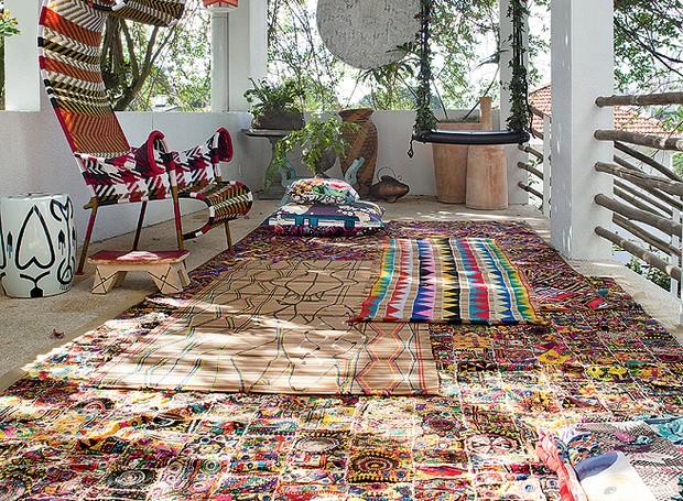 O terraço da estilista Adriana Barra tem tapetes indianos e esteira indígena brasileira. A loucura por artesanatos locais já botou a moradora na estrada, mundo afora, em busca de tribos distantes e seus processos criativos (Foto: Lufe Gomes/Casa e Jardim)