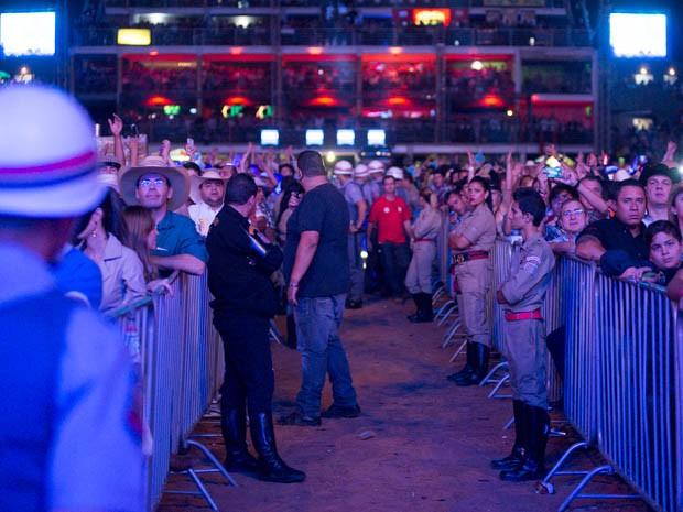 Corredores implantados na arena auxiliaram no trabalho da PM e equipes médicas (Foto: Érico Andrade/G1)